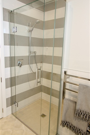 10mm frameless glass shower set out from the wall.